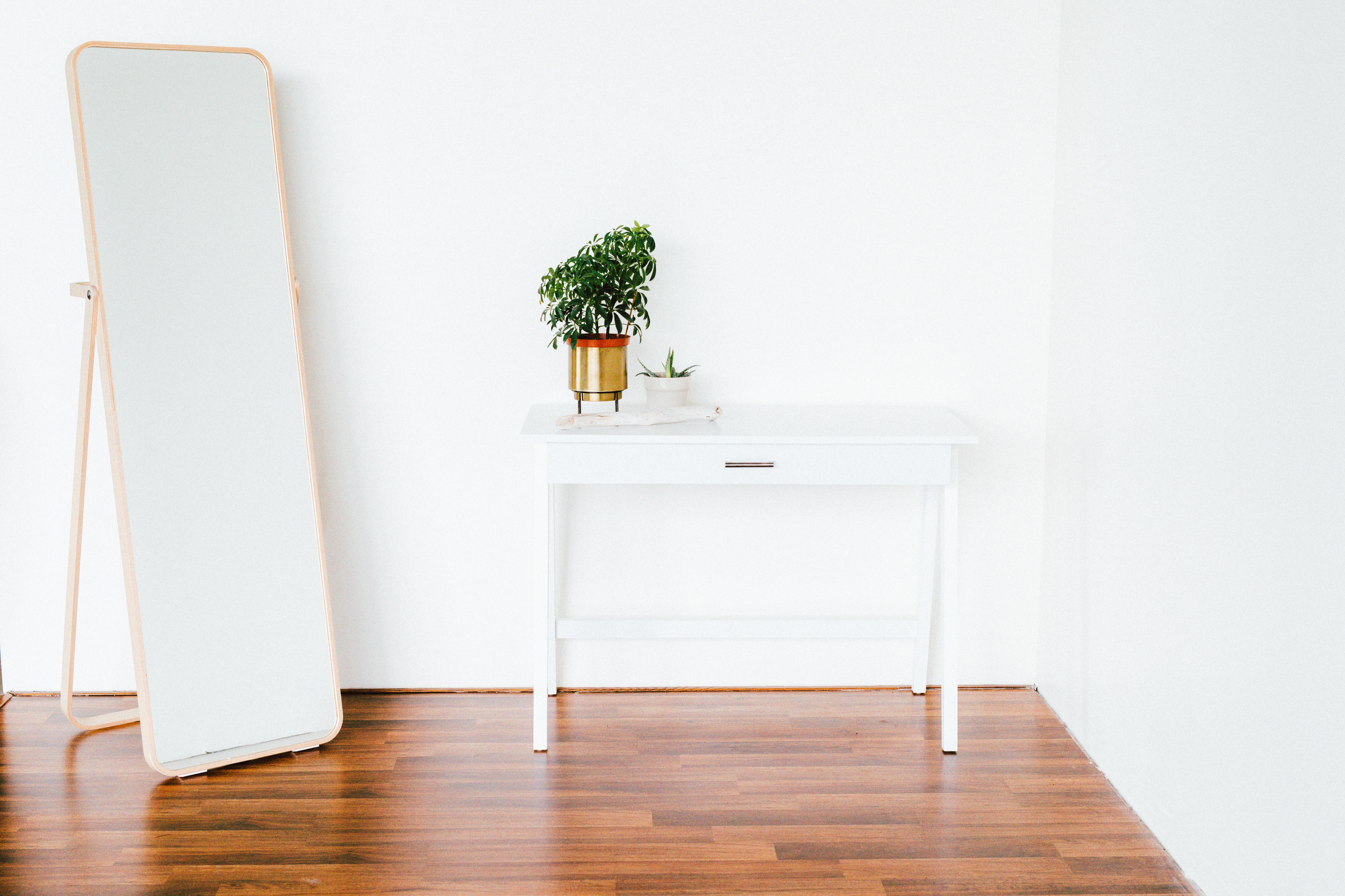Julia Goldberg - Agentur für Ordnung - Bild von einem weißen Tisch und Spiegel